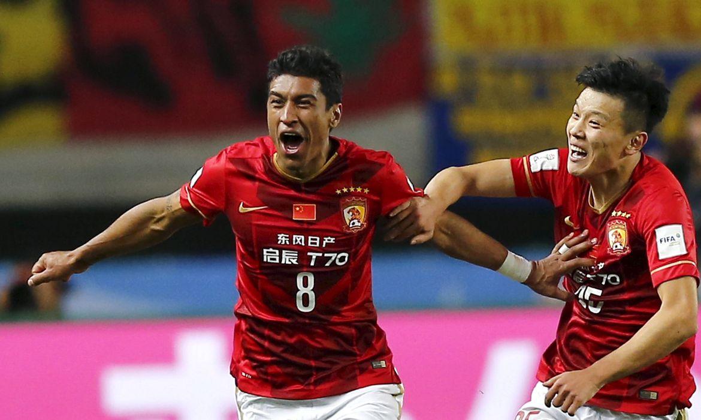 Paulinho comemora gol marcado em partida do Guangzhou Evergrande