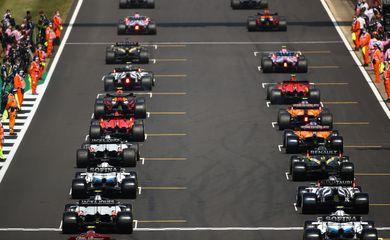 Largada no circuito de Silvestone - F1 - Fórmula 1 - pista - carros