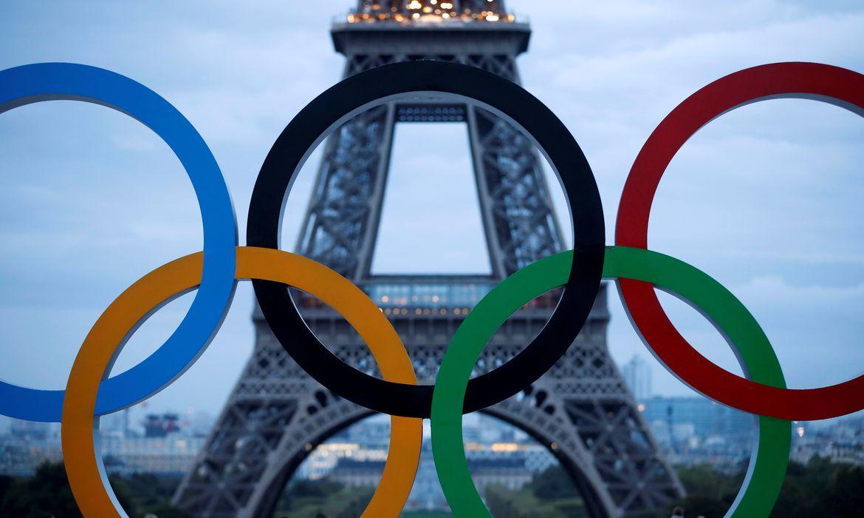 Anéis olímpicos na Praça Trocadero em frente à Torre Eiffel, em Paris