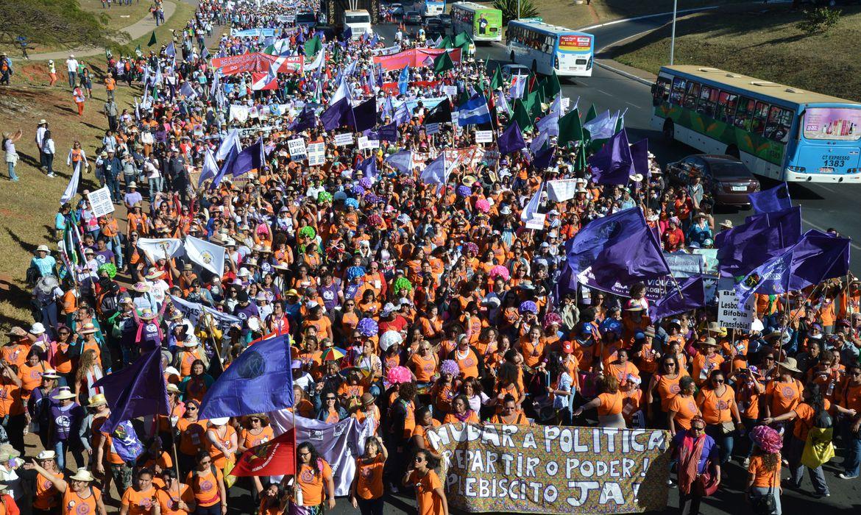 A Marcha das Margaridas iniciou a caminhada em direção à Esplanada dos Ministérios, a mobilização das trabalhadoras rurais saiu do Estádio Nacional Mané Garrincha e seguiu até o Congresso Nacional (José Cruz/Agência Brasil)