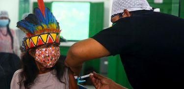 Indígena recebendo vacina da covid-19