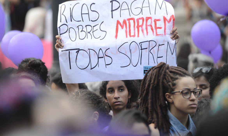 Rio de Janeiro - Mulheres defendem legalização do aborto e protestam contra CPI na escadaria da Assembléia Legislativa (Fernando Frazão/Agência Brasil)