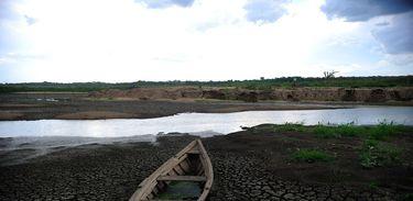A falta de água no Açude Carnaubal prejudica o abastecimento da cidade