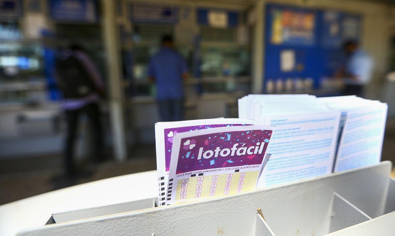 Apostadores fazem filas em casas lotéricas de Brasília. A Caixa Econômica Federal sorteia amanhã (12) a lotofácil da Independência.