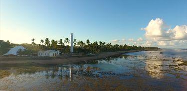 Farol alerta sobre a presença de recifes muito próximos da costa