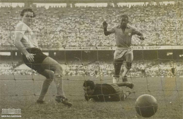 Pelé, Fotografia de um dos gols marcados pelo Brasil na vitória sobre a Argentina em jogo válido pela Copa Roca de 1957. Arquivo Nacional. Fundo Correio da Manhã.