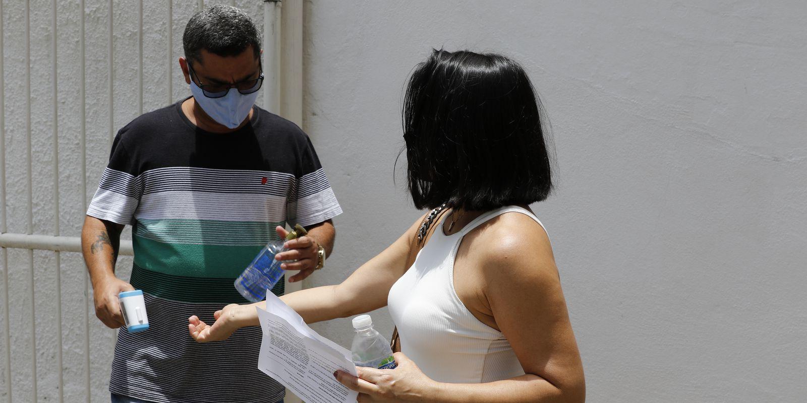 Candidatos participam da primeira aplicação do Exame Nacional do Ensino Médio (Enem) Digital, na UniCarioca