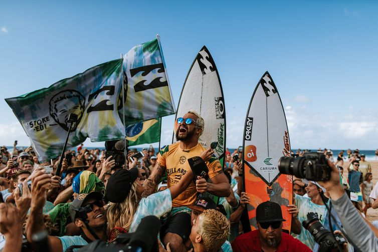 OAHU, UNITED STATES - DECEMBER 19: World Title contender Italo Ferreira of Brazil wins the 2019 Billabong Pipe Masters after winning the final at Pipeline on December 19, 2019 in Oahu, United States. (Photo by Ed Sloane/WSL via Getty Images)