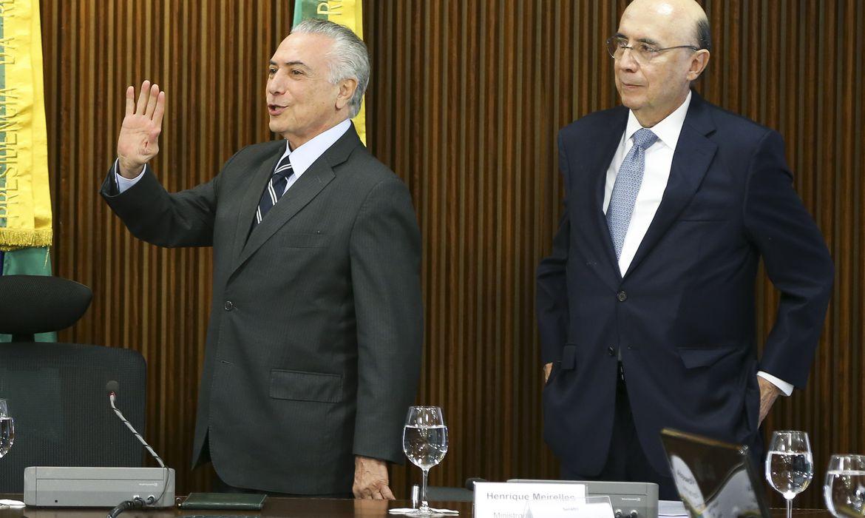 Brasília - O  presidente interino Michel Temer e o ministro da Fazenda, Henrique Meirelles, durante reunião com líderes da Câmara e do Senado, no Palácio do Planalto (Marcelo Camargo/Agência Brasil)