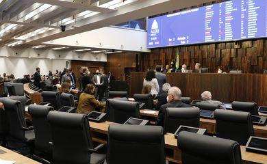 Deputados da Assembleia Legislativa do Estado do Rio de Janeiro (Alerj) votam flexibilização do uso de máscaras ao ar livre.