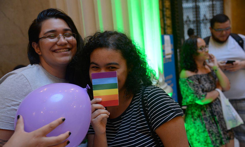 Rio de Janeiro - Manifestação contra homofobia no CCBB, após casal de lésbicas denunciar ter sido vítima de insulto e preconceito em visita ao local (Fernando Frazão/Agência Brasil)