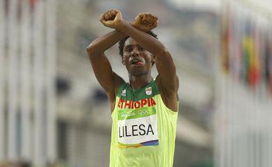 Maranonista etípoe Feysa Lilesa protestou contra o governon do seu país após concluir o percurso