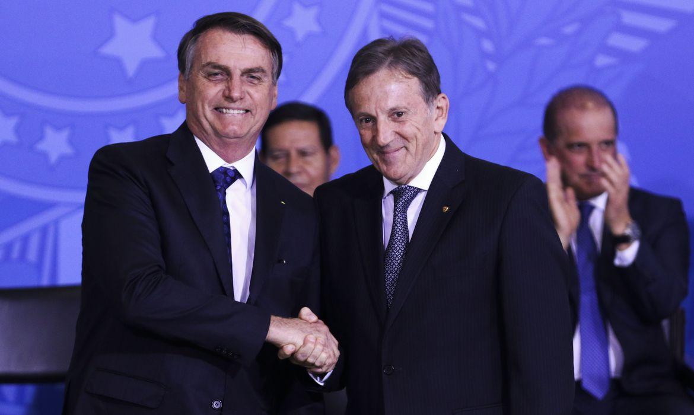 O presidente Jair Bolsonaro cumprimenta o novo presidente dos Correios, Floriano Peixoto.