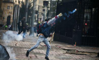 Protesto contra o assassinato de líderes foi marcado por vandalismo em Bogotá - REUTERS/Luisa Gonzalez