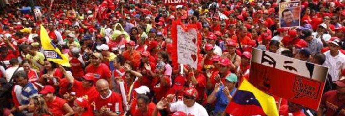 Milhares participam de manifestação em apoio à Chávez na Venezuela