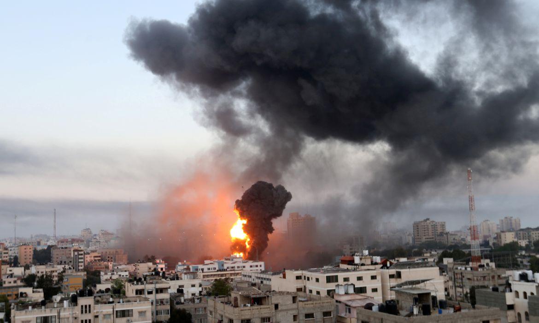 Fumaça e chamas em Gaza durante ataque aéreo de Israel