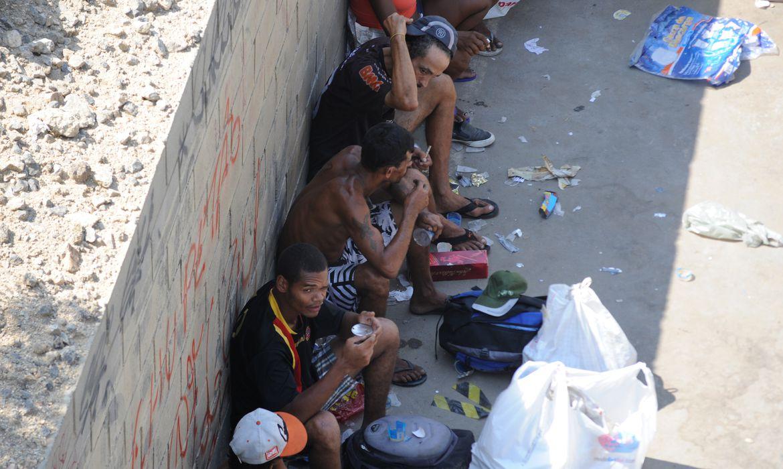 Rio de Janeiro – Usuários de crack concentram-se nas imediações das obras da Trasncarioca, na Avenida Brasil, próximo ao Complexo da Maré, zona norte da cidade (Tânia Rêgo/Agência Brasil)