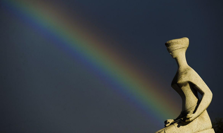 Arco-íris ao entardecer visto da Estátua da Justiça no STF