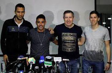 Jogadores de futebol do brasileiro Chapecoense (da esquerda para a direita) Helio Neto, Alan Ruschel e Jakson Follman e do sobrevivente jornalista Rafael Henzel, sobreviventes da queda do avião, posam durante coletiva de imprensa em sua chegada