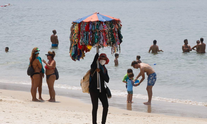 Cariocas aproveitam manhã sábado com  calor, para se refrescar e praticar esportes na praia de Copacabana.