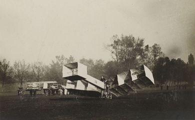 Voo do 14 Bis, de Santos Dumont, em 12 de novembro de 1906.