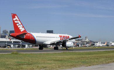 Rio de Janeiro - Pouso e decolagem no aeroporto Santos Dumont.