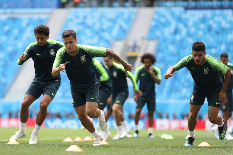 Seleção brasileira faz treino de preparação para enfrentar Costa Rica. Em primeiro plano, o meia Coutinho.