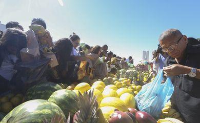 Brasília - A Confederação da Agricultura e Pecuária do Brasil (CNA) distribui na Esplanada dos Ministérios toneladas de frutas, verduras e hortaliças para a população. O evento é para comemorar o Dia do Agricultor (Antonio Cruz/Agência