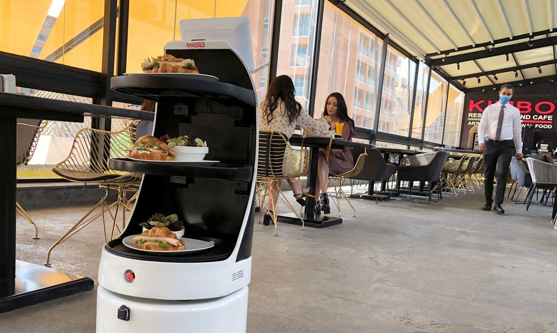 Mozo', um garçom robô da MARSES Robotic Solutions, serve comida para limitar o contato em meio à doença coronavírus (COVID-19) no Kimbo Restaurant & Cafe no Cairo, Egito em 28 de julho de 2020. Foto tirada em 28 de julho de 2020. REUTERS / Ahmed