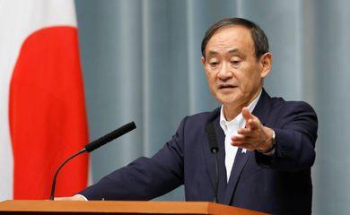 Secretário-chefe do gabinete japonês, Yoshihide Suga, durante coletiva