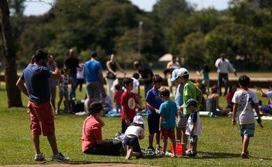 Brasília - Pais e crianças comemoram o Dia Mundial do Brincar, com feira de troca de brinquedos, contação de histórias e brincadeiras tradicionais  (Marcelo Camargo/Agência Brasil)