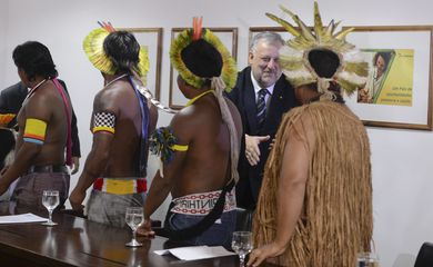 Brasília - O ministro da Secretaria de Governo da Presidência da República, Ricardo Berzoini, recebe líderes indígenas no Palácio do Planalto (Valter Campanato/Agência Brasil)