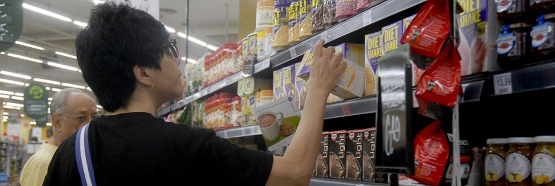 Os consumidores devem fazer pesquisa em várioss supermercados antes de fazer as compras