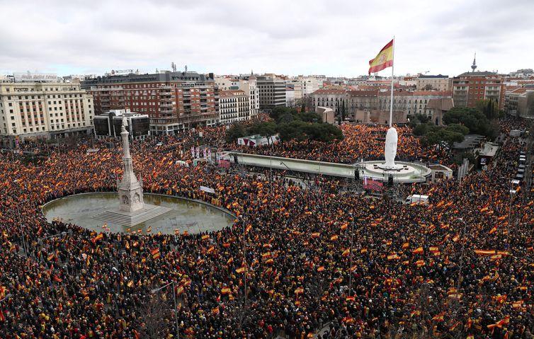 Milhares de pessoas se reúnem durante um protesto convocado pelos partidos de oposição de direita contra o primeiro-ministro espanhol Pedro Sanchez, na praça Colon, em Madri, Espanha.