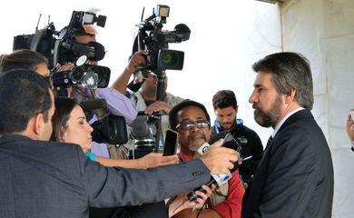 Brasília - Senador Valdir Raupp (PMDB-RO) fala à imprensa ao chegar na Vice-Presidência para encontro com Michel Temer (Antonio Cruz/Agência Brasil)