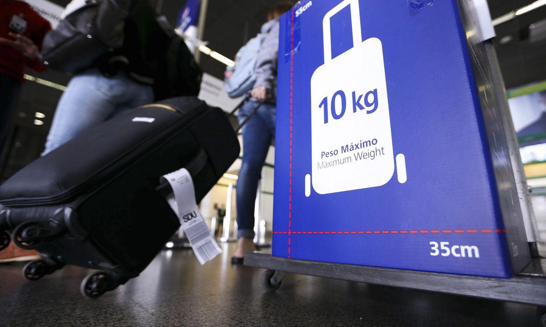 Brasília - Fiscais do Instituto de Defesa do Consumidor (Procon) realizam fiscalização sobre cobrança de bagagens pelas companhias aéreas (Marcelo Camargo/Agência Brasil)