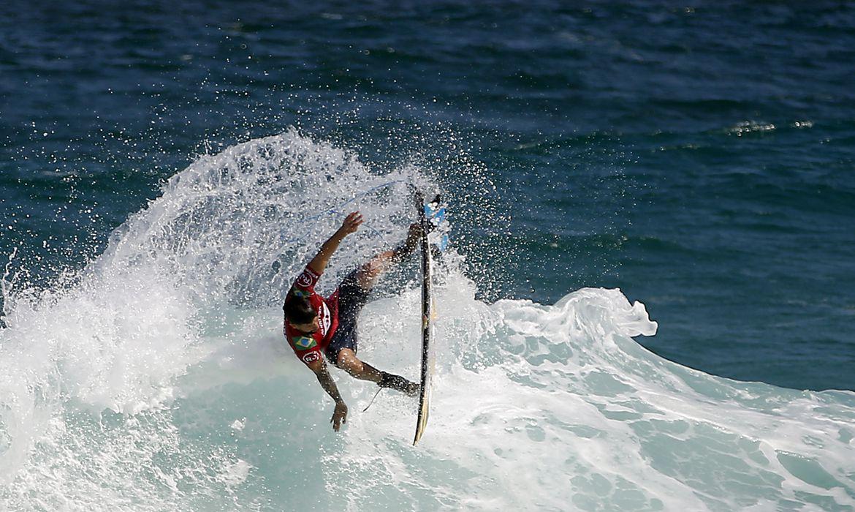 O surfista brasileiro Ítalo Ferreira compete na etapa brasileira da Liga Mundial de Surfe, na praia de Itaúna, em Saquarema, Rio de Janeiro.