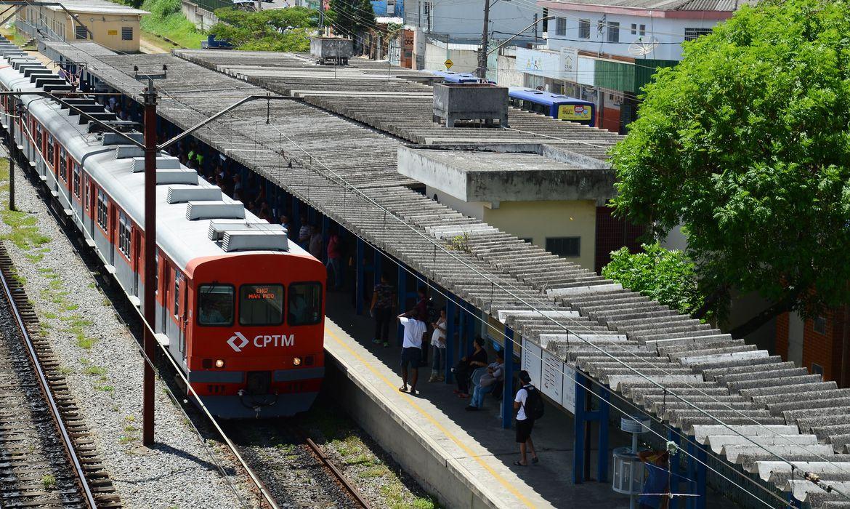 Itaquaquecetuba (SP) - Estação de trem Engenheiro Manoel Feio, onde os passageiros fazem baldeação de ônibus por causa de descarrilamento de trem na estação Itaim Paulista (Rovenva Rosa/Agência Brasil)