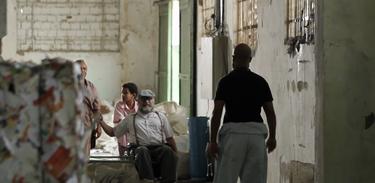 Vô Rui leva Cauê até uma indústria de beneficiamento de lixo
