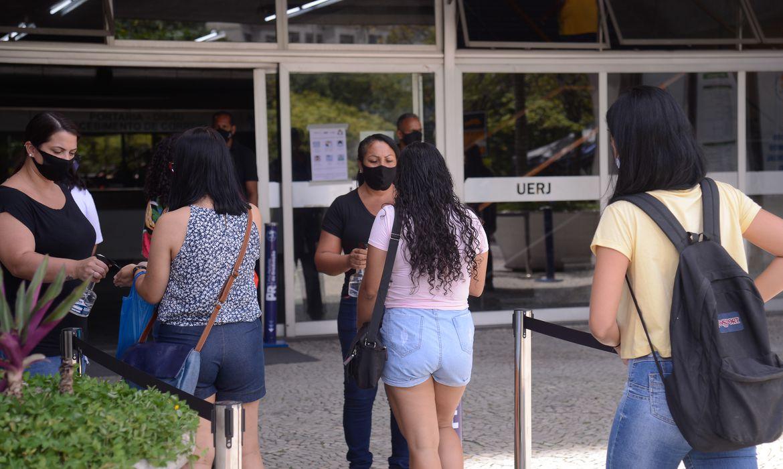 Estudantes chegam para o segundo dia do Exame Nacional do Ensino Médio (Enem) 2020, na Universidade Estadual do Rio de Janeiro(UERJ).