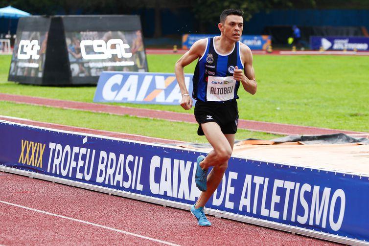 Altobeli, campeão mais uma vez dos 3.000 m com obstáculos.