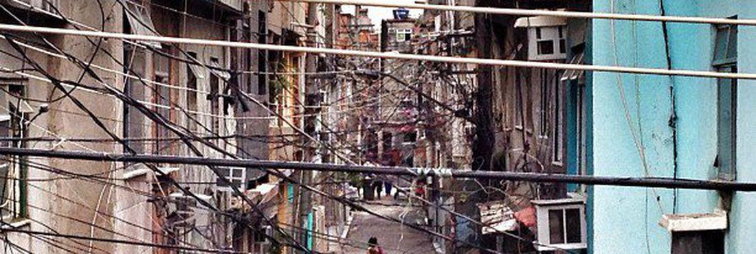 Moradores caminham em rua do Complexo da Maré, no Rio de Janeiro