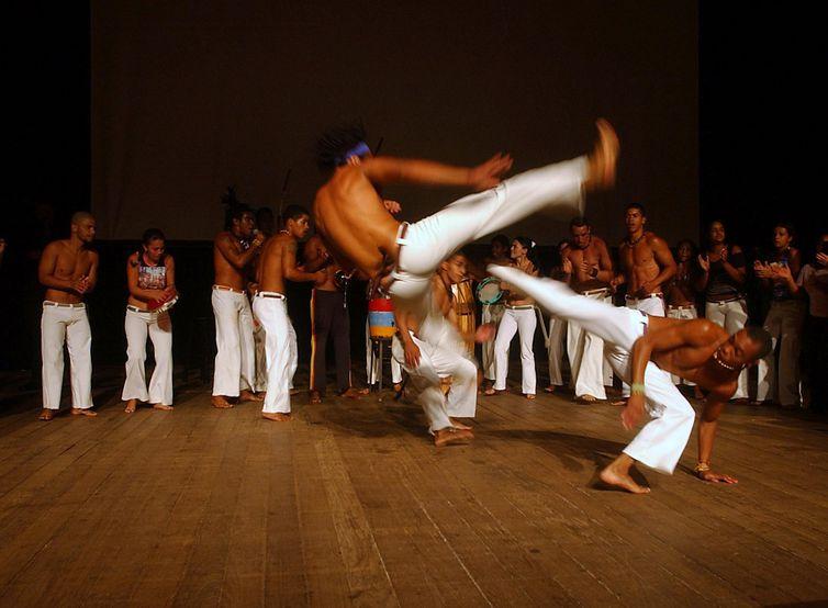 Grupo de capoeira do Centro Cultural Sol Nascente da Cidade Satelite de Ceilandia (DF), faz durante aula inaugural do segundo grupo de alunos inscritos no Projovem-DF Foto: Elza Fiúza/ABr