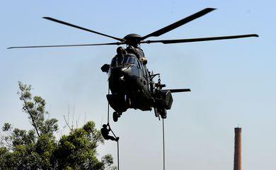 Rio de Janeiro - Batalhões de Aviação do Exército, com sede em Taubaté (SP), participam da Operação Pão de Açúcar, que prepara tripulações para agir durante os Jogos Olímpicos Rio 2016  (Tânia Rêgo/Agência Brasil)