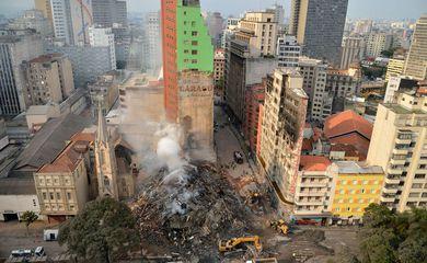 Depois de pagar fogo prédio desaba em São Paulo