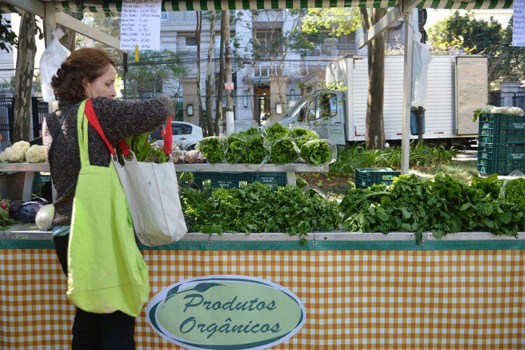 Feira de orgânicos do Ibirapuera funciona aos sábados de manhã na rua Curitiba, zona sul de São Paulo.
