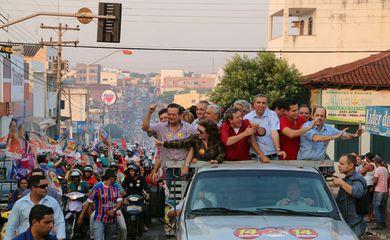 Itumbiara - O vice-governador de Goiás, José Eliton de Figuerêdo Júnior (de azul ao centro), foi baleado durante carreata do candidato à prefeitura do município de Itumbiara José Gomes da Rocha (de vermelho ao centro), que também foi