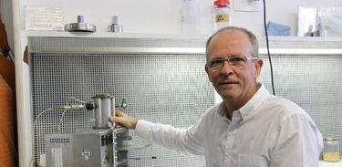 Pesquisador Elibio Rech em seu laboratório na Embrapa