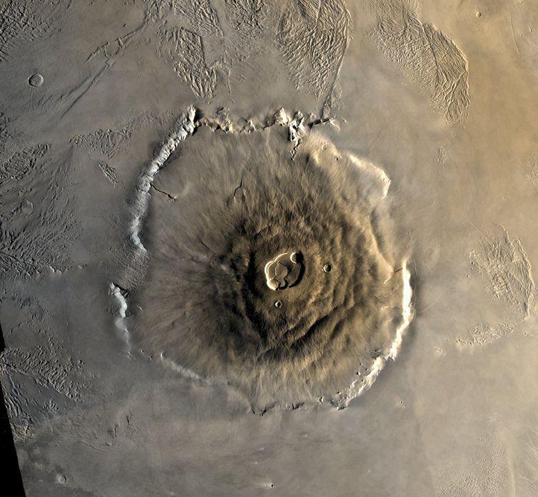 Mosaico colorido do vulcão Olympus Mons em Marte da Viking 1 Orbiter. O mosaico foi criado usando imagens da órbita 735 tiradas em 22 de junho de 1978.