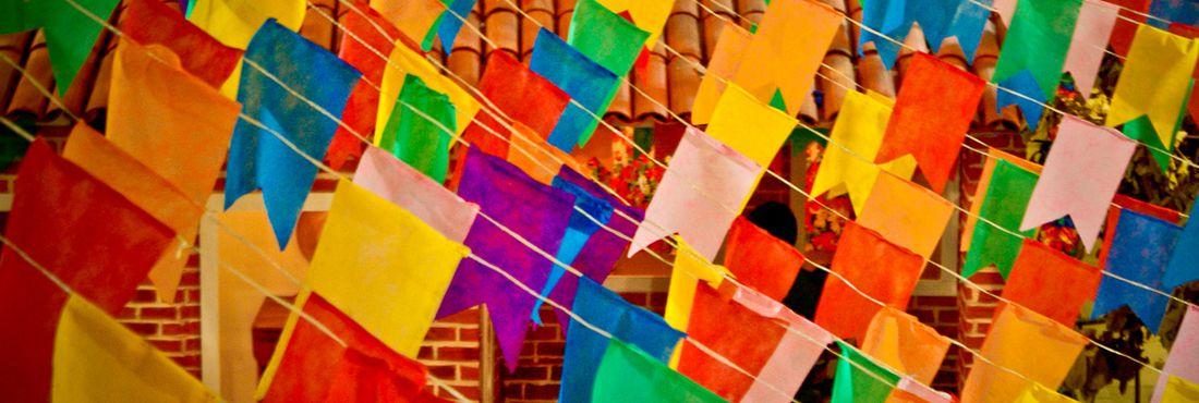 Bandeirinhas juninas fazem alusão a Santo Antônio, São João e São Pedro